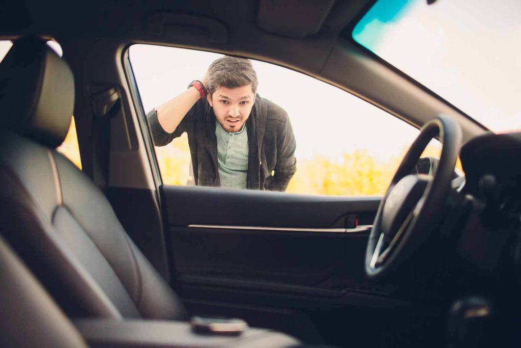 בחור נתקע מחוץ לרכב